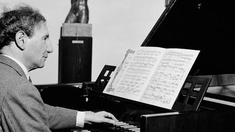 Richard Engländer an seinem Lieblingsinstrument, dem Cembalo (1949).