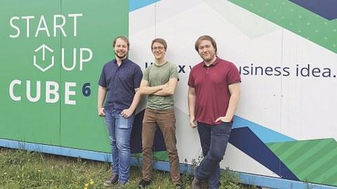 Vor dem Start-up-Cube (v.l.n.r.): Tim Schmittman, Sebastian Riechert und Markus Badstübner.