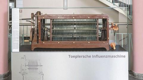 Die Toeplersche Influenzmaschine bekam für rund 10 000 Euro eine Generalüberholung und eine neue Vitrine.
