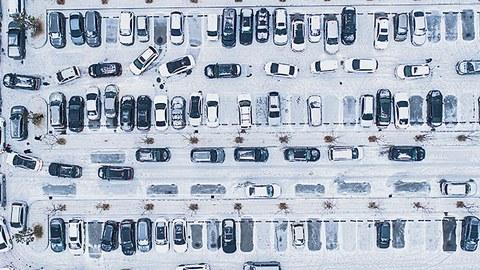 Jetzt schon fahren sehr viele Wagen auf den Straßen oder überfüllen die Parkplätze. Ein weiteres Überangebot muss in den Markt gebracht werden. Ob Kaufprämien oder Preisnachlässe helfen und auch dem Ankurbeln der Wirtschaft helfen würden, ist fraglich.