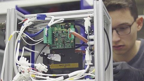 Ein Blick in die offene, noch nicht fertig zusammengebaute »Motherbox« des Experiments »OOXYGEN«. Die Motherbox ist das Gehäuse für die Computer und Hauptelektronik des Experiments.