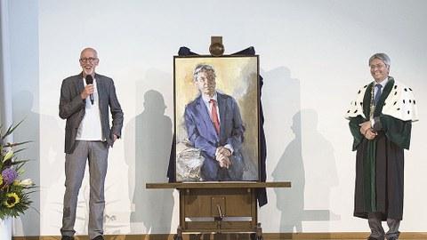Johannes Heisig und Altrektor Hans Müller-Steinhagen bei der Übergabe des Porträts.