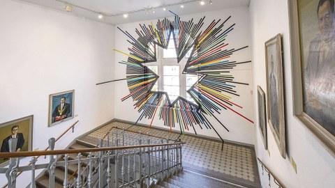 Gemälde aus der Porträtsammlung der TUD und die raumgreifende Intervention »Morning« von André Temple bestimmen den Teil der Ausstellung »Realismus und Ostmoderne #2« der Altana-Galerie im Haupttreppenhaus des Görges-Baus.