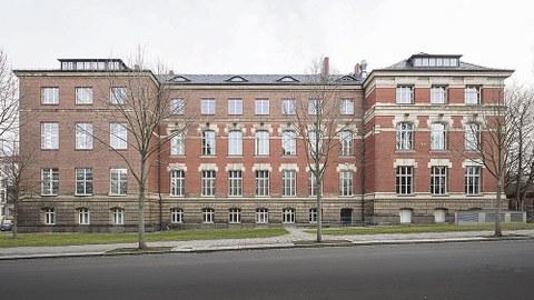 Der Zeuner-Bau von der Helmholtzstraße aus gesehen.