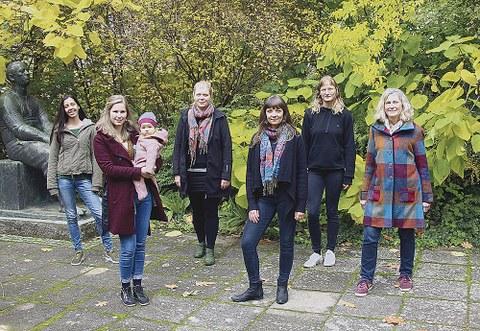 Das engagierte Team des FrauenUmweltNetzwerks – kurz FUN, bestehend aus sechs Frauen, stehend vor einem grünen Busch.
