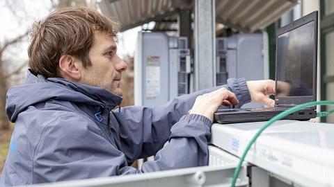 Jens Werner richtet die »SwarmBOX« an einer Photovoltaik-Anlage in Lübbenau ein.