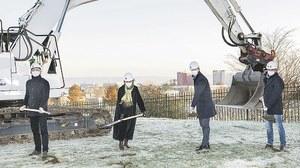 Beim traditionellen ersten Spatenstich: Architekt Stephan Schultze (Blum & Schultze Architekten), Rektorin Prof. Ursula M. Staudinger, Kanzler Dr. Andreas Handschuh und Jochen Gerards, Geschäftsführer des Baunternehmens Frauenrath.
