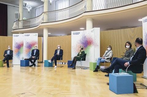 Während der digitalen Veranstaltung: Die TUD-Rektorin Prof. Ursula M. Staudinger (M.), umrahmt von Prof. Stephan Grill (Sprecher Exzellenzcluster PoL), Prof. Matthias Vojta (Sprecher Exzellenzcluster ct.qmat), Prof. Frank Fitzek (Sprecher Exzellenzcluster CeTi), Prof. Angela Rösen-Wolff (Prorektorin Forschung), Prof. Roswitha Böhm (Prorektorin Universitätskultur), Prof. Lars Bernard (Chief Officer Digitalisierung und Informationsmanagement, v.l.n.r.).