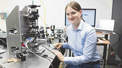 Dr. Katrin Philipp sitzend an Labortisch.