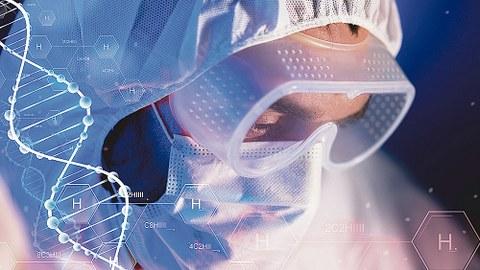 Mensch mit Schutzbrille, -haube und -maske, darüber DNA-Strang und chemische Formeln.