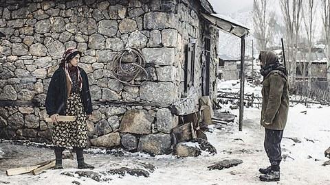 Reyhan (Cemre Ebuzziya) und der Dorfhirte Veysel (Kayhan Açıkgöz) stehen vor einer Hütte.