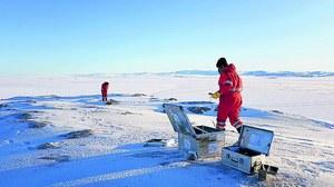Susanne Lunz und Christoph Knöfel von der Professur für Geodätische Erdsystemforschung beim Aufbau einer geodätischen GNSSStation in Nordost-Grönland (während der Polarstern-Fahrt PS109, 2017).