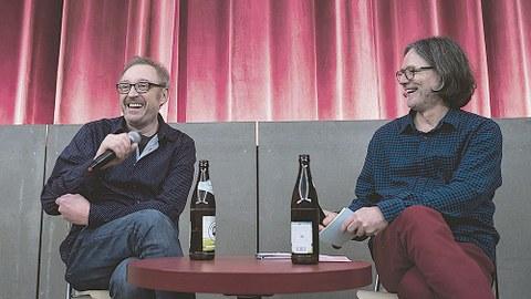 Oktober 2017: Körners Corner im Programmkino Ost: Andreas Körner sitzt mit seinem Gast Josef Hader anlässlich der Premiere von »Wilde Maus« an einem Tisch.