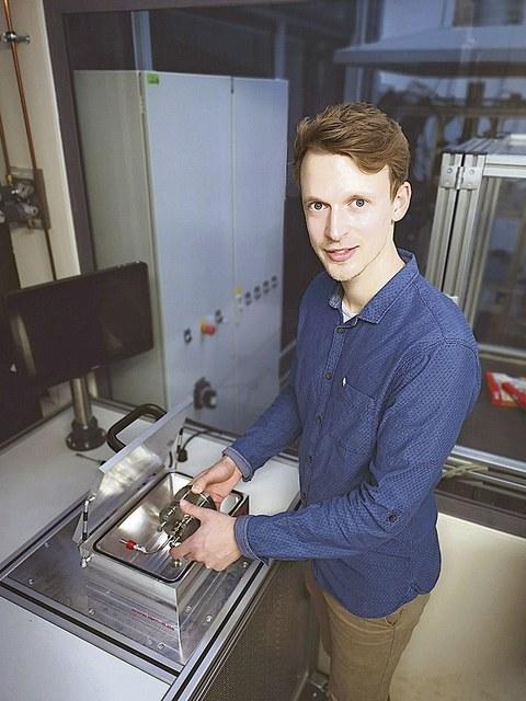 Doktorand Max Vater an einem Testcontainer im Institut für Wasserstoff- und Kernenergietechnik der TU Dresden, in dem sich erproben lässt, wie dicht verschiedene Werkstoffe und Konstruktionen Wasserstoff halten können.