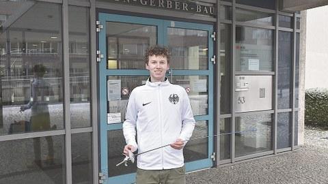 Laurenz Rieger vor seiner Studienstätte, dem von-Gerber-Bau.