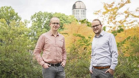 Philipp Schegner und Ronny Brünler stehen vor einem Busch.