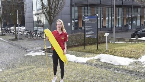 Michelle Hein vor ihrem Studienort, dem Biologiegebäude am Zelleschen Weg.