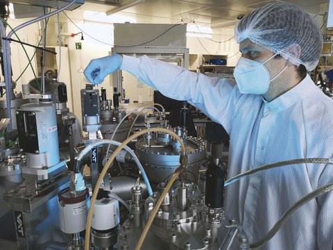 Dr. Hans Kleemann überprüft ein Ventil an einer Cluster-Anlage im IAP-Labor der TU Dresden.