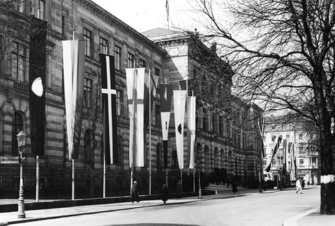 Die Alte Hochschule am Bismarckplatz mit Fahnen.