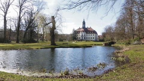 Blick von der Gartenseite auf das Schloss Reinhardtsgrimma.
