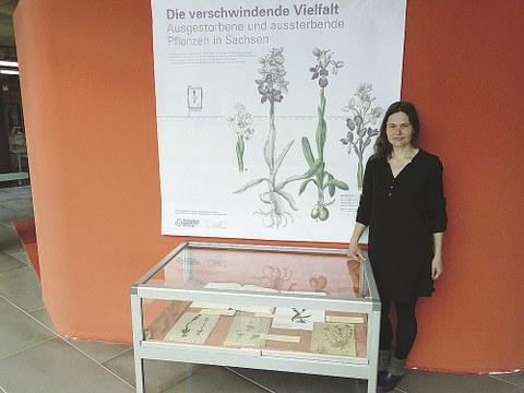 Dr. Thea Lautenschläger steht neben einer Ausstellungsvitrine.