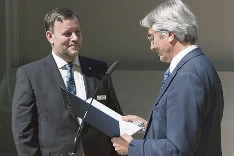Der ehemalige TUD-Rektor Hans Müller-Steinhagen übergibt Martin Richter die Urkunde.