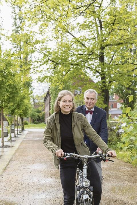 Prof. Jörn Erler (hinten) und Maike Wegener (vorne) fahren gemeinsam auf einem Tandem.