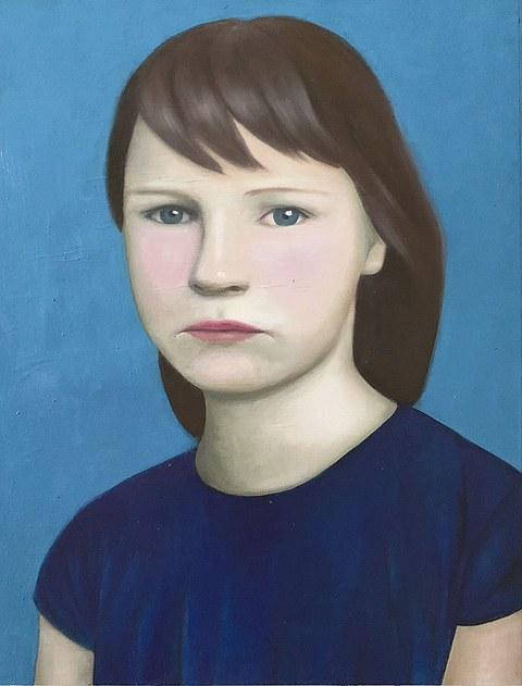 Porträt eines Mädchens, das vor einem blaue Hintergrund sitzt oder steht.