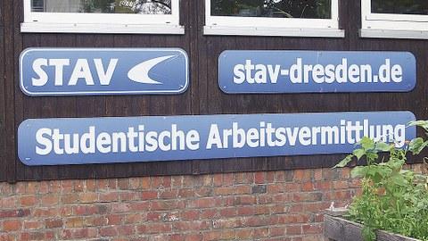 Drei Hinweisschilder mit Aufschriften: STAV, stav-dresden.de, Studentische Arbeitsvermittlung