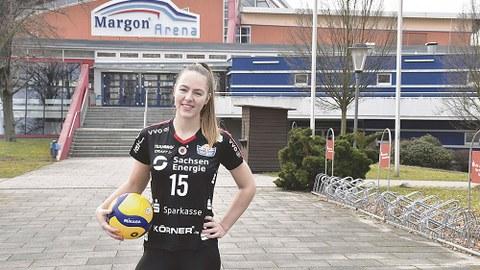 Lina-Marie Lieb vor ihrer Wirkungsstätte als Volleyballerin.