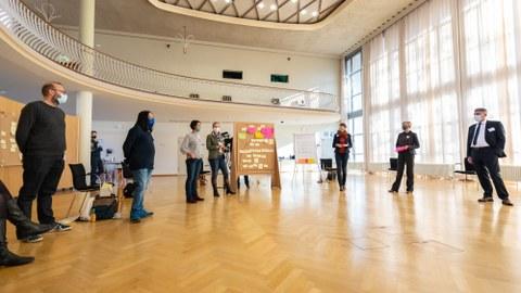 Das Bild zeigt die Teilnehmenden des Visionsbildungsworkshops im Dülfersaal der TU Dresden.