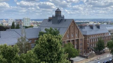 Luftaufnahme eines breiten Backsteingebäudes