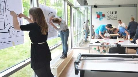 junge Menschen an Forschung zu Mobilität