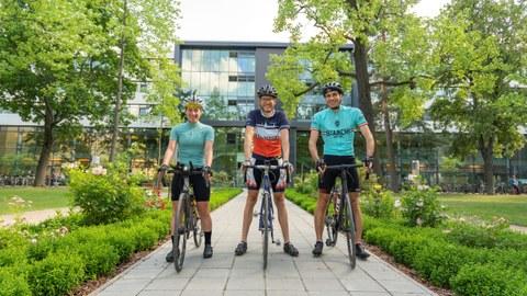 drei Radfahrer in sommerlicher Sportkleidung