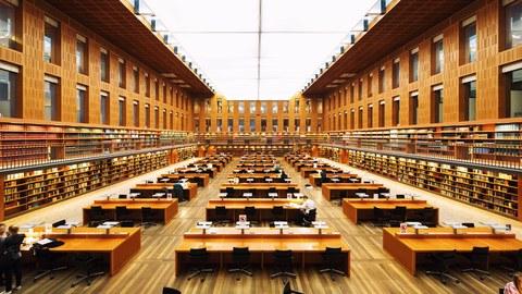 leerer großer Lesesaal der SLUB