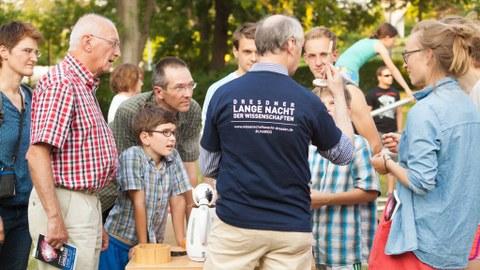 LNDW-Gäste vor einem TU-Experiment