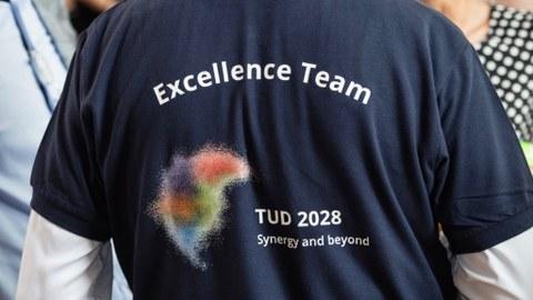 Bild eines Shirts mit Exzellenz-Schriftzug