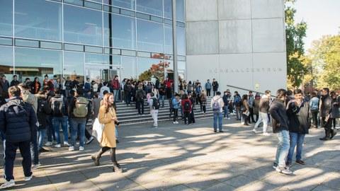 Bild von Studierenden vor dem Hörsaalzentrum der TU Dresden.
