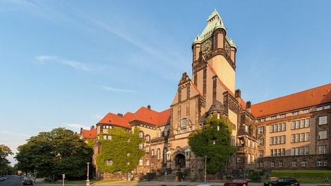 Georg-Schumann-Bau. Gebäude im Monumentalstil, Außenansicht der alten Hausfassade über 5 Etagen.