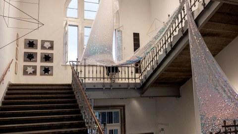 Treppenaufgang des Görges-Baus mit Kunstexponanten im Treppenauge und an den Wänden