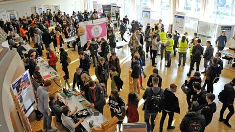 Menschen stehen im Foyer bei einer wissenschaftlichen Veranstaltung