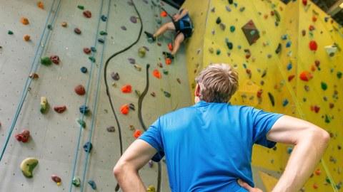 Kletterer vom USZ an einer Boulderwand