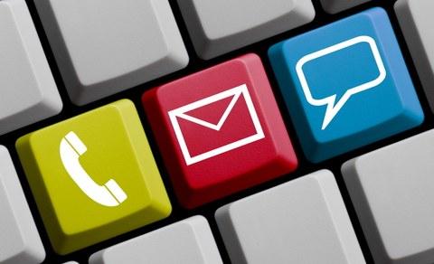 Drei Tasten auf PC-Tastatur mit den Symbolen Telefonhörer, Briefumschlag und Mail