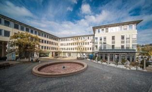 Das Bild zeigt den Gebäudekomplex Falkenbrunnen in dem das Sachgebiet seinen Sitz hat.