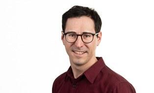 Dunkelhaariger Herr mit Brille