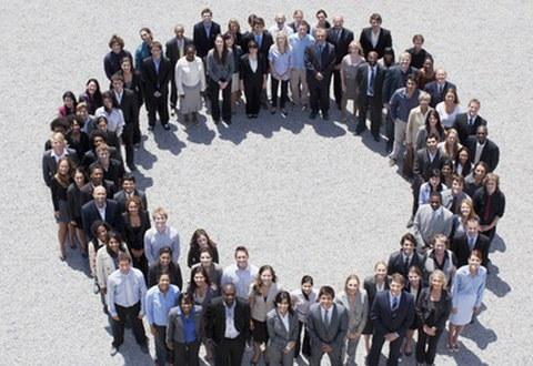 Menschenmenge bildet einen Kreis