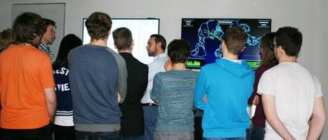Exkursionsteilnehmende im Cyber Simulation Center der ESG