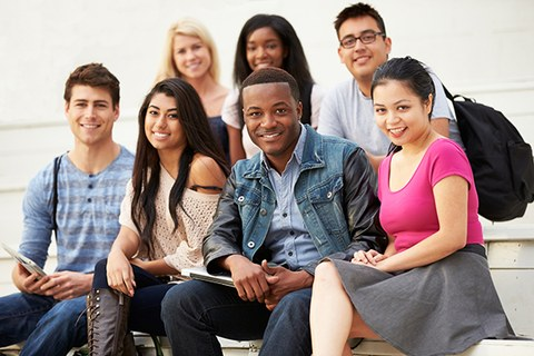 Gruppe internationaler studierender auf Treppe (Monkey Business - Fotolia.com)