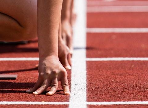 Detailaufnahme von Sprintern an der Startlinie