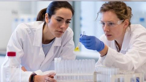 Zwei Wissenschaftlerinnen im Labor